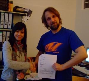 Sabrina und Krisenbart Kolepke bei Vertragsunterzeichnung im TW-Büro